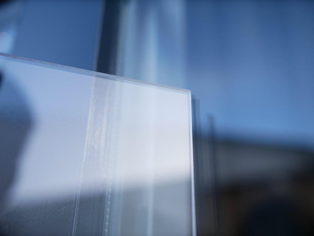 Polycarbonaat of glas plexiglasplaat naast traditioneel glas