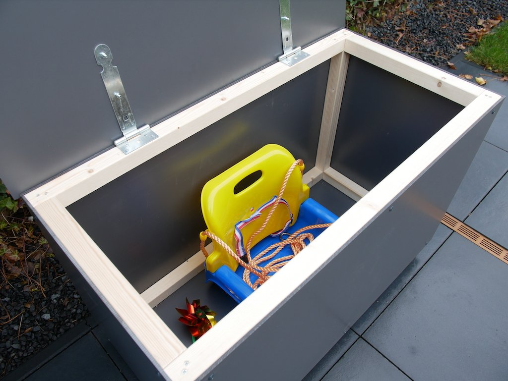 Speelgoedkist voor buiten HPL met speelgoed in bak klep open