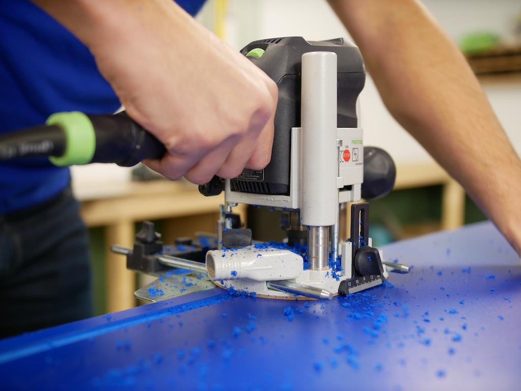 Geschuimd PVC frezen met frees in werkplaats