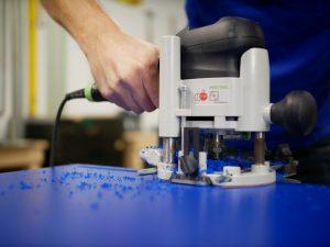 Geschuimd PVC frezen met freesmachine