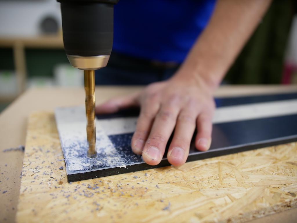 Kapstok maken plexiglas zwart hoek boren