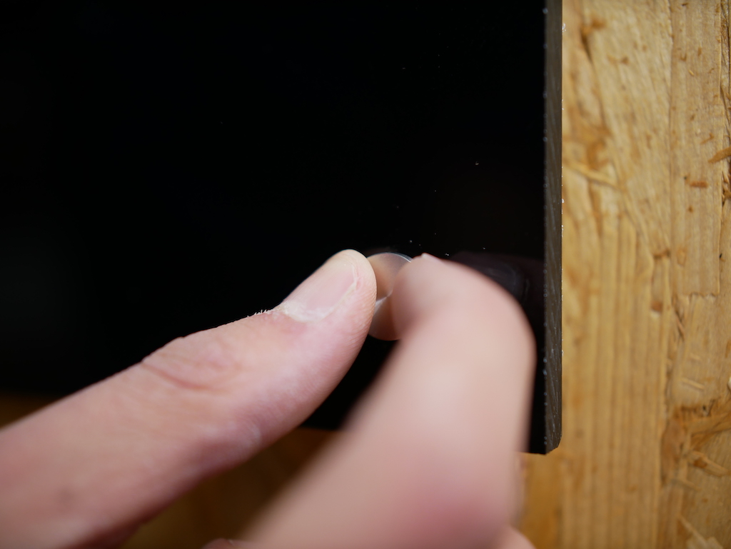 Kapstok maken zwart plexiglas afstandhouder bevestigen aan muur