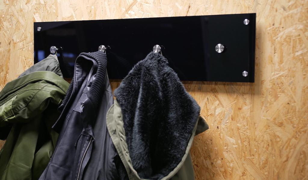 Kapstok maken zwart plexiglas eindresultaat met jassen