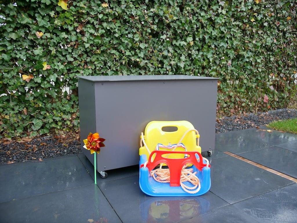 Speelgoedkist voor buiten HPL met speelgoed ervoor klep dicht