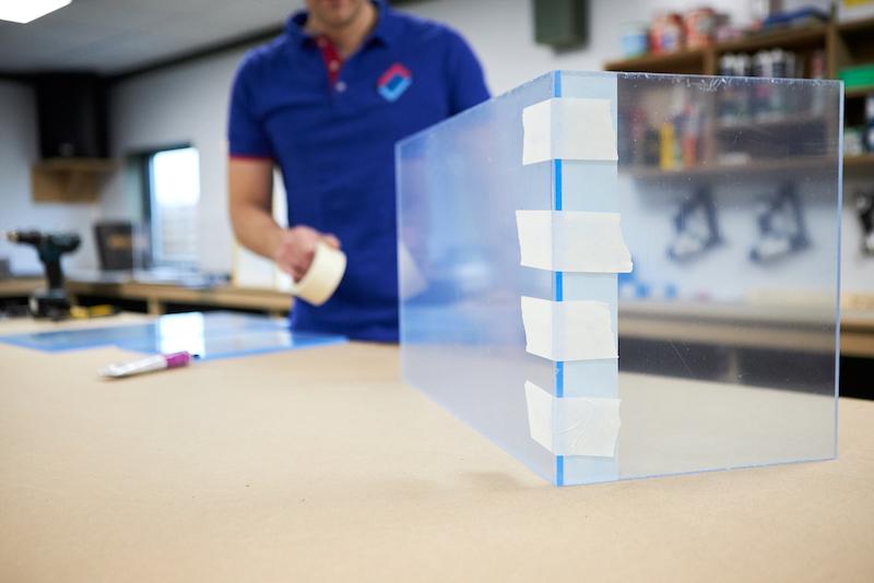 Aquarium maken plexiglasplaten in positie