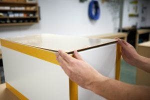 Kallax kast sokkel maken ikea hack plexiglasplaat aanbrengen