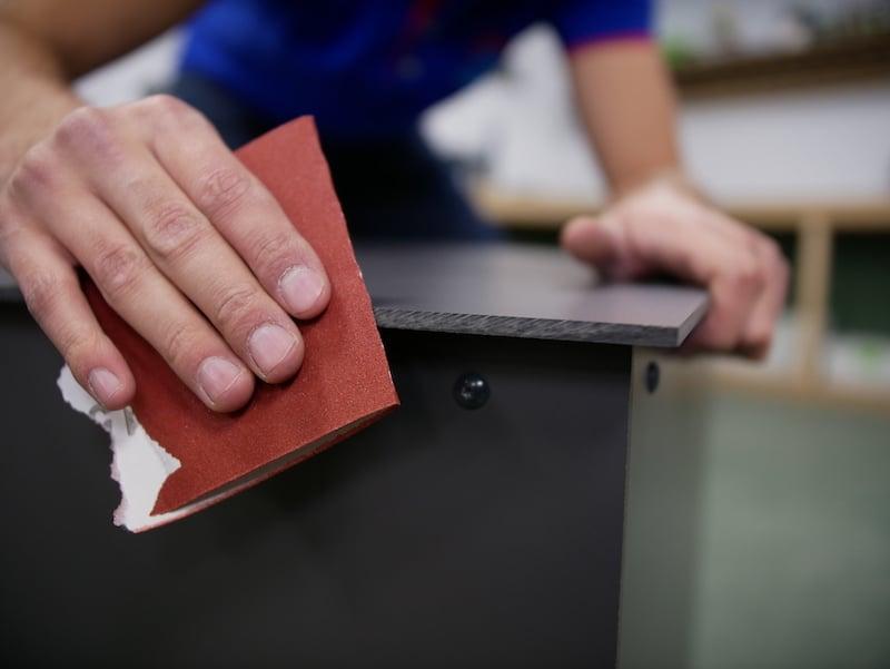 Pakketbrievenbus HPL afronden scherpe randen met schuurpapier
