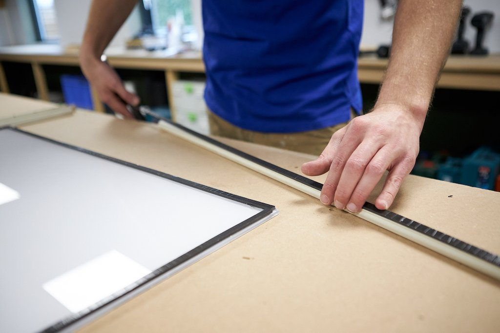 Voorzetramen maken glasband bevestigen op plexiglas en neuslatten
