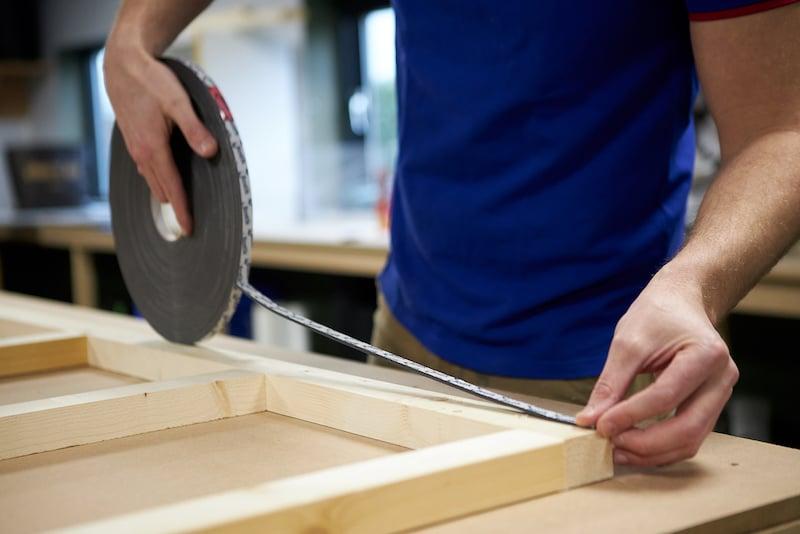 Kunststof plafond toilet maken dubbelzijdig tape aanbrengen op regelwerk