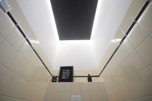 Kunststof plafond toilet maken eindresultaat met ledverlichting aan