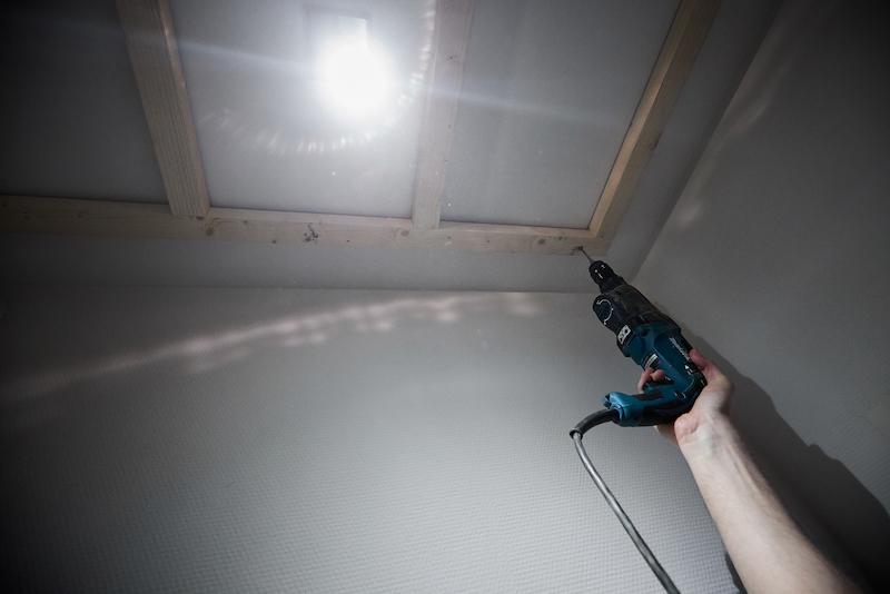 Kunststof plafond toilet maken regelwerk aan plafond schroeven