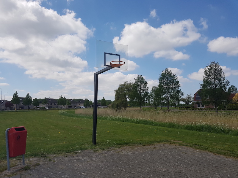Basketbalveld met polycarbonaat basketbord overzicht