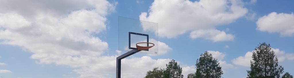 Basketbalveld met polycarbonaat basketbord