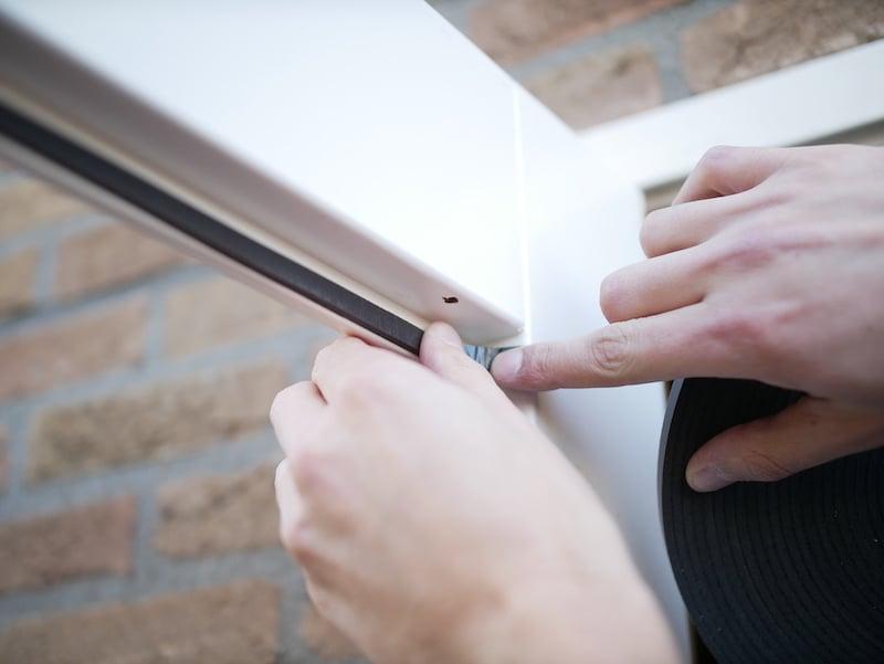 Glasband in raamsponning plakken