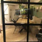 Roomdivider van plexiglas en hout