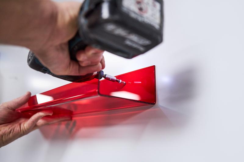 Fotoplank maken van plexiglas rood bevestigen met schroeven