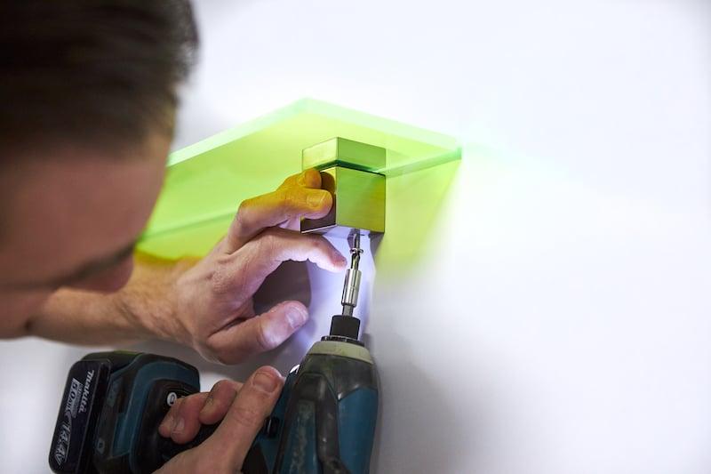 Fotoplank maken van plexiglas schapdragers bevestigen