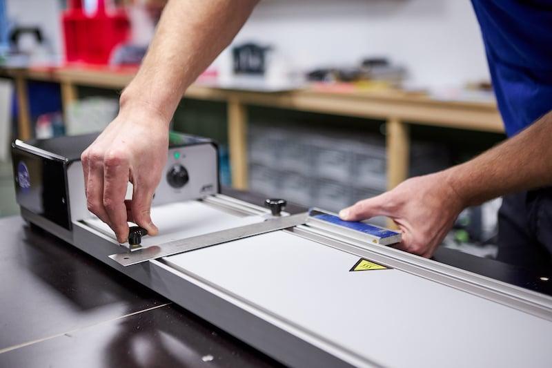 Kunststof tafeltje maken buigapparaat aanzetten