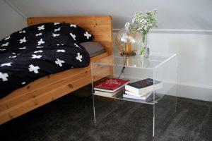 Transparant nachtkastje maken eindresultaat in slaapkamer