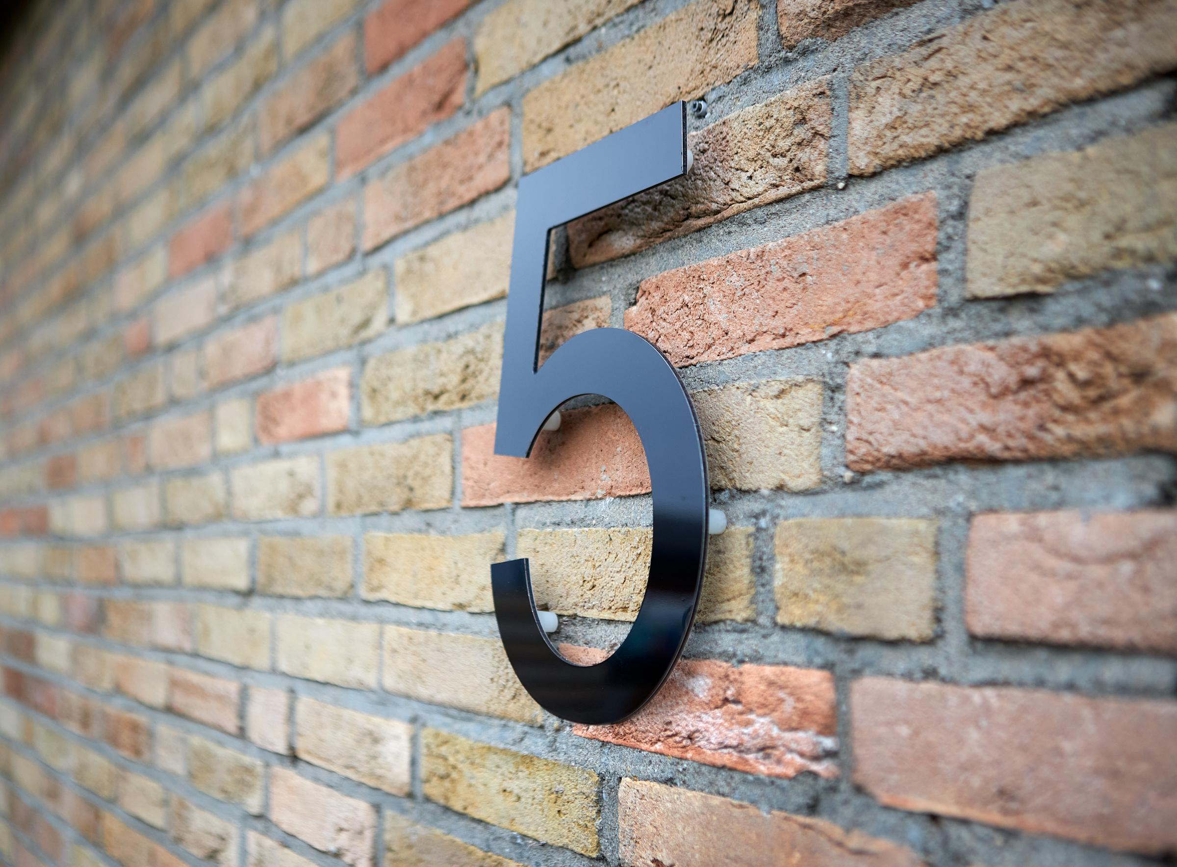 Huisnummers maken huisnummer 5 dibond aan muur bevestigd