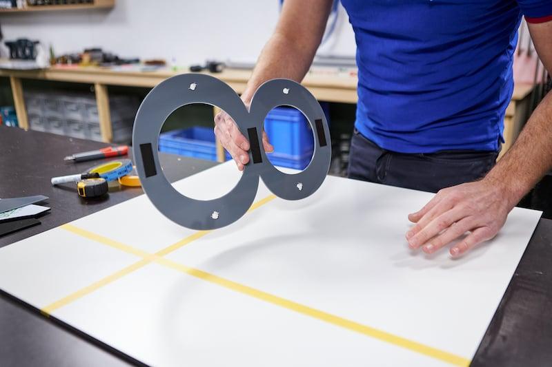 Huisnummers maken monteren met rulletje kit en dubbelzijdig tape