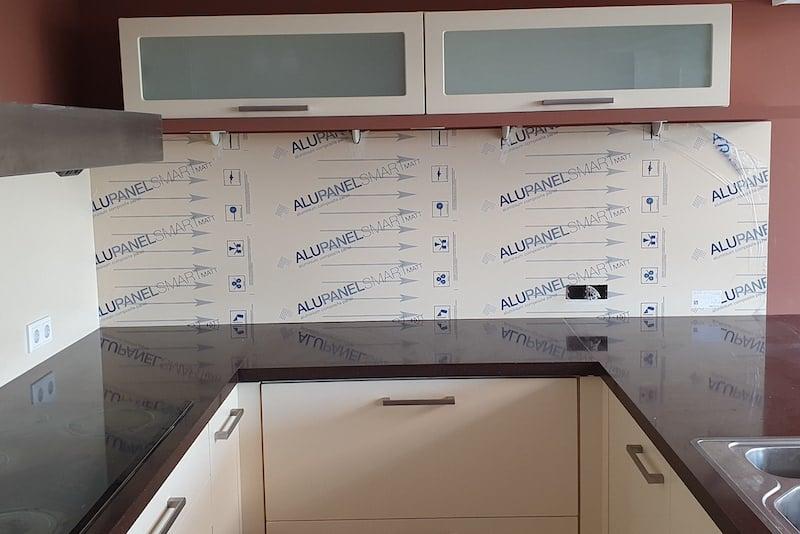 Achterwand keuken plaatsen met beschermfolie alupanel
