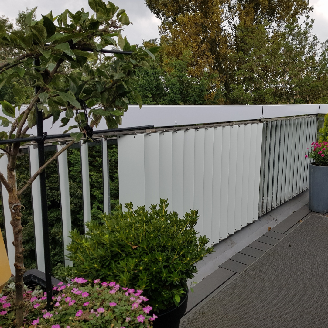 Alupanel shutters voor op balkon rechts