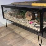 Hamsterkooi van plexiglas en eiken meubelpanelen