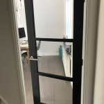 Industriële deur met plexiglas panelen eindresultaat