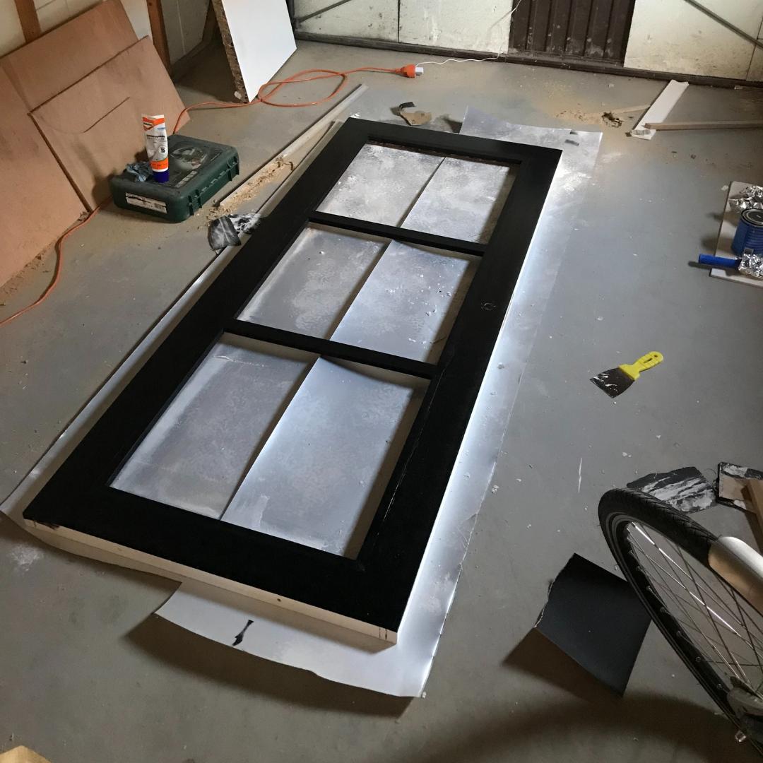 Industriële deur met plexiglas panelen zwart geverfd